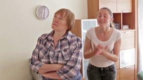 Filha da mãe e do adulto que tem a discussão na casa video estoque