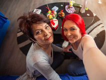 Filha da mãe e do adulto que tem o divertimento que toma o selfie que tem o divertimento Imagem de Stock Royalty Free