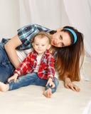 Filha da mãe e do bebê em uma camisa de manta Imagens de Stock