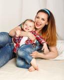 Filha da mãe e do bebê na camisa de manta Fotos de Stock Royalty Free