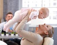 Filha da mãe e do bebê que tem o divertimento Foto de Stock