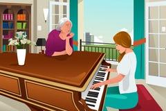 Filha da mãe que joga o piano junto Imagens de Stock