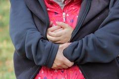 Filha da mamã morna em seu revestimento Fotografia de Stock