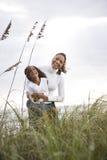 Filha da matriz do African-American que ri da praia fotografia de stock