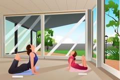 Filha da mãe que faz a ioga em casa Imagem de Stock Royalty Free