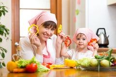 Filha da mulher e da criança que cozinha e que tem o divertimento Foto de Stock Royalty Free