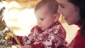 Filha de amor da mãe e do bebê que comemora o Natal filme