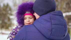 Filha de Carrying do pai em ombros durante a caminhada do campo video estoque