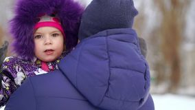 Filha de Carrying do pai em ombros durante a caminhada do campo vídeos de arquivo