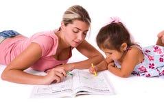 Filha de ensino da mamã. Foto de Stock