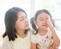 Filha de grito dos confortos da mãe Fotos de Stock Royalty Free