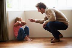 Filha de Shouting At Young do pai Foto de Stock