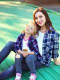 Filha de sorriso bonita da mãe e da criança que tem o divertimento Fotografia de Stock
