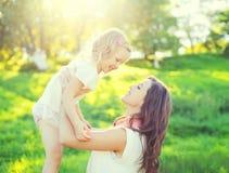 Filha de sorriso feliz da mãe e da criança que tem o divertimento Fotografia de Stock