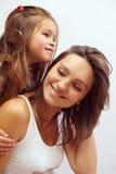 Filha de sorriso feliz que abraça a matriz bonita Foto de Stock