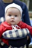 Filha do bebê no portador de bebê ao ar livre imagens de stock royalty free