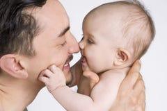 Filha do pai e do bebê que compartilha de um momento Imagem de Stock Royalty Free