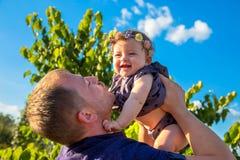 Filha do pai e do bebê que tem o divertimento fotos de stock royalty free