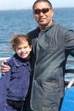 Filha do pai no oceano Fotos de Stock Royalty Free