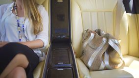 A filha do presidente que aprecia a viagem no automóvel luxuoso, estilo de vida dos ricos vídeos de arquivo