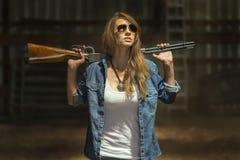 Filha dos fazendeiros com um rifle Fotos de Stock Royalty Free