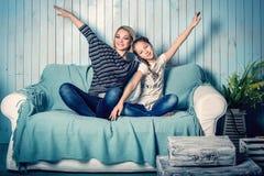 Filha e mãe no sofá Fotografia de Stock Royalty Free