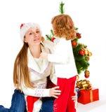 Filha e mamã no chapéu do Natal imagem de stock