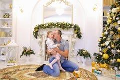 Filha e paizinho de riso do bebê que têm o divertimento e que enganam ao redor, la Imagens de Stock Royalty Free