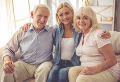 Filha e seus pais maduros fotografia de stock