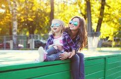 Filha feliz bonita da mãe e da criança que tem o divertimento junto na cidade Imagens de Stock