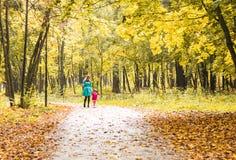 Filha feliz da mãe e da criança que mantém as mãos unidas no dia do verão ou do outono Fotos de Stock