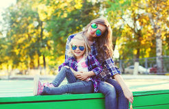 Filha feliz da mãe e da criança que tem o divertimento junto Fotografia de Stock Royalty Free