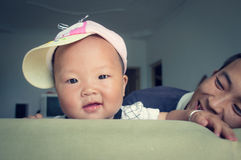 Filha feliz do bebê com seu pai 2 foto de stock royalty free