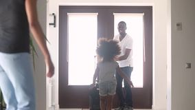 Filha feliz e esposa africanas da criança excitadas para encontrar o paizinho vídeos de arquivo