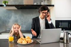 A filha infeliz irritou devido genar o trabalho imagem de stock royalty free