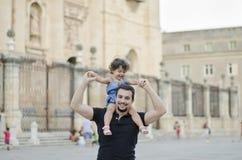 Filha levando do pai em ombros Imagens de Stock