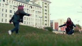 A filha na rua corre para abraçar sua mãe, rindo filme