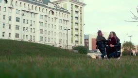 A filha na rua corre para abraçar sua mãe, rindo vídeos de arquivo