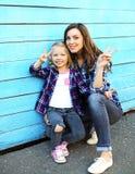 Filha nova feliz bonita da mãe e da criança que tem o divertimento Foto de Stock