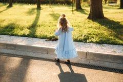A filha pequena quer alcançar com o esquilo imagens de stock royalty free