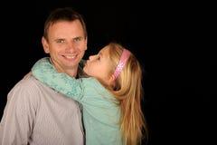Filha que abraça o pai Fotografia de Stock