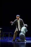 Filha que ajoelha-se para baixo, ópera triste de Jiangxi do pai uma balança romana Fotografia de Stock Royalty Free