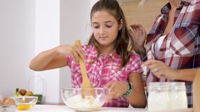 Filha que ajuda sua mãe na cozinha video estoque