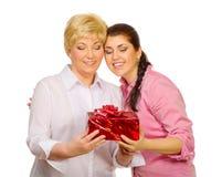 Filha que dá o presente a sua matriz Fotografia de Stock