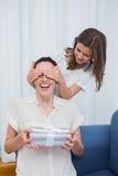 Filha que dá a sua mãe um presente fotos de stock