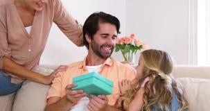 Filha que dá um presente a seu pai video estoque