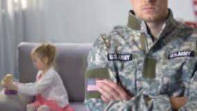 Filha que joga atrás do soldado do exército para trás, futuro seguro das crianças, proteção filme