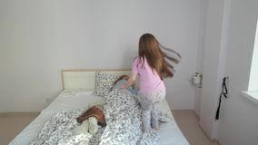 A filha que salta na cama