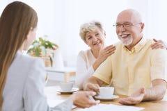 Filha que visita pais idosos felizes fotografia de stock royalty free