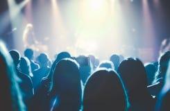 Filharmonia foluje ludzie przy rockowym koncertem Zdjęcie Royalty Free